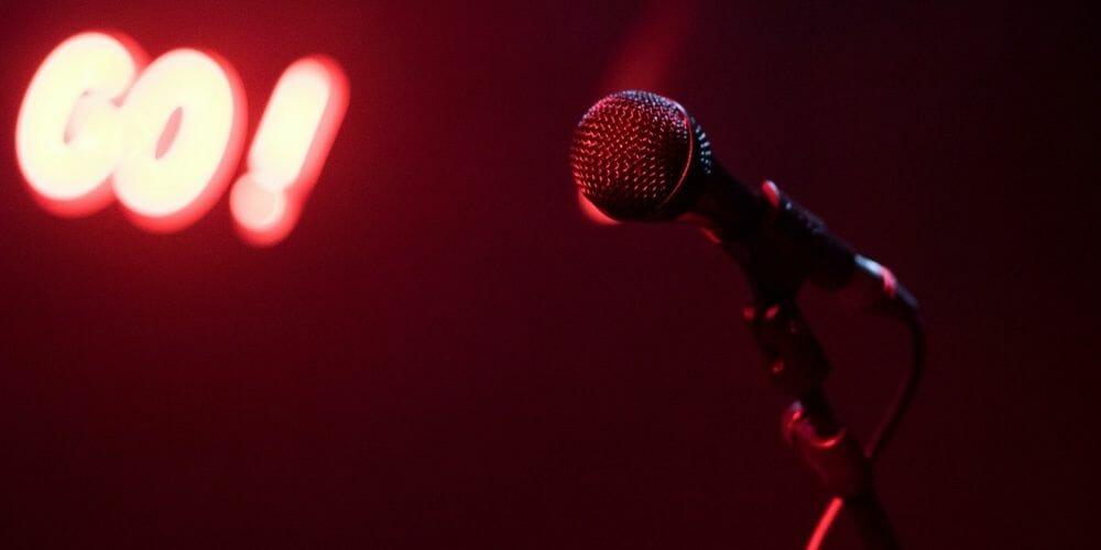 go! schriftzug in einem roten raum mit einem Mikrofon