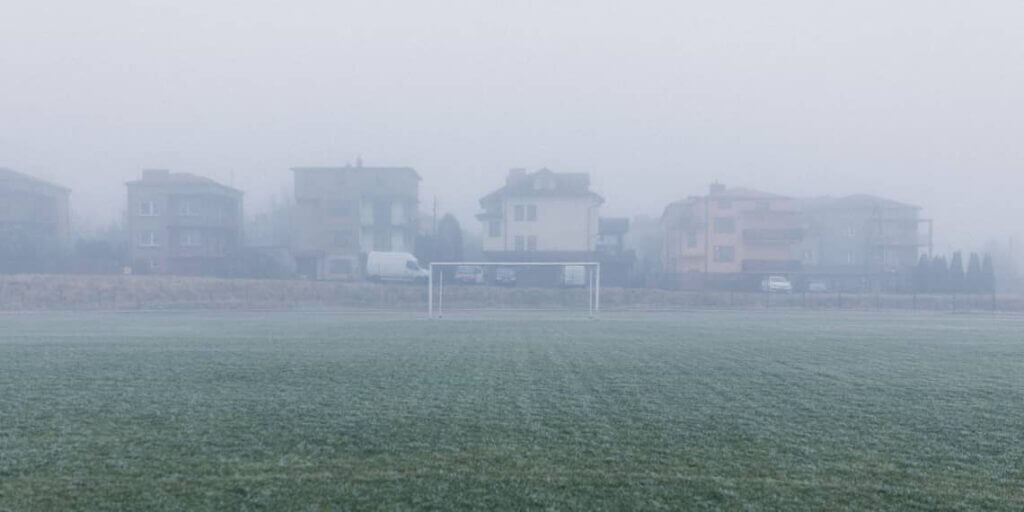 Fußballfeld im Nebel